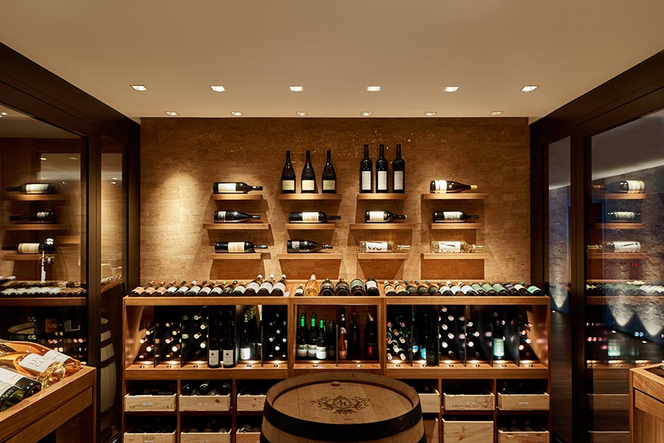 Besonders eng strahlende, dreh- und schwenkbare Pixel-Downlights fokussieren in der Wein-Lounge die Flaschen und heben damit den edlen Produktcharakter hervor.