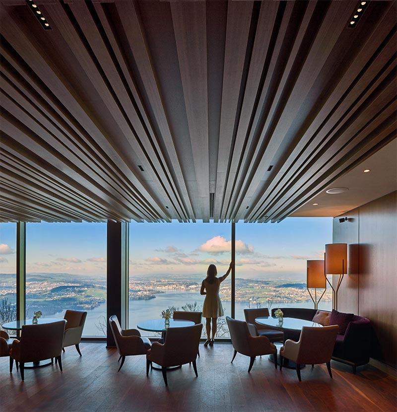 Decke und Wände in der Club Lounge vor dem Ballsaal sind mit Holz vertäfelt. Hier konnten Laser Blade-Downlights fast unsichtbar eingebaut werden.
