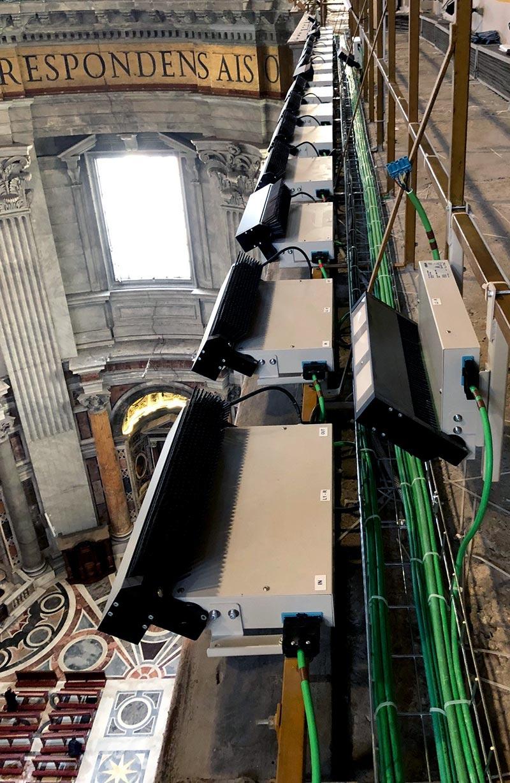 Installationsarbeiten in beträchtlicher Höhe – einfach, schnell und sicher mit den steckbaren Komponenten von Wieland, die werkzeuglos verarbeitet werden.