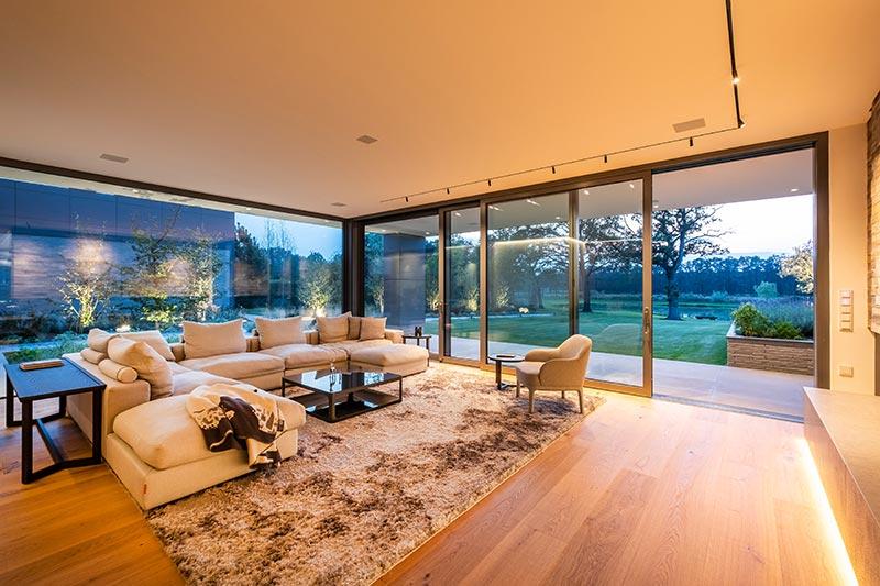 Im Wohnraum nehmen in die Decke integrierte Leuchtenprofile die Linearität des architektonischen Konzepts und die zurückhaltende Eleganz der Innenarchitektur auf. Die miniaturisierten Spy-Strahler können flexibel an jeder beliebigen Stelle in das magnetische Profil eingesetzt werden.