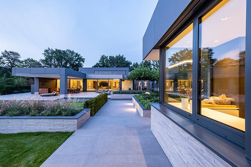 Das Poolhaus ist von allen Aufenthaltsbereichen des Haupthauses sichtbar. Innen wie außen zaubern Vision-Leuchten spannende Lichtgrafiken an die Wände.