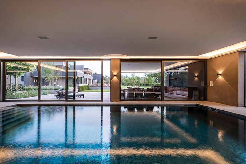 Mit ihrer parabolischen Lichtwirkung gestalten Vision-Leuchten mit hohem IP-Schutz den Poolbereich.