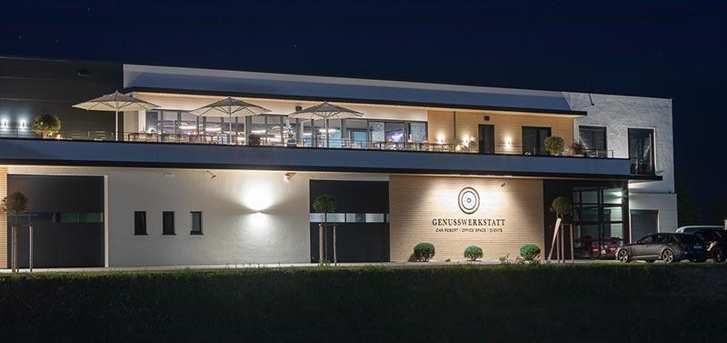 In Haiger realisierte die Neunelf Investment GbR ein ungewöhnliches Konzept. Unter einem Dach vereint sie traumhaft schöne Automobile und eine große Event-Location mit Penthouse-Charakter. Urheber: dievirtuellecouch